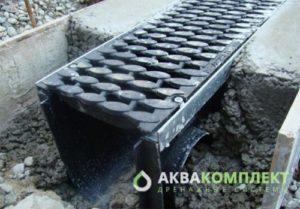 Монтаж лотков ливневой канализации, установка решеток
