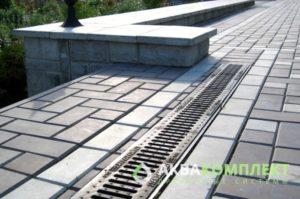 Использование решеток ливневой канализации как элемента декора участка