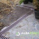 Решетки готовой системы поверхностного дренажа на участке