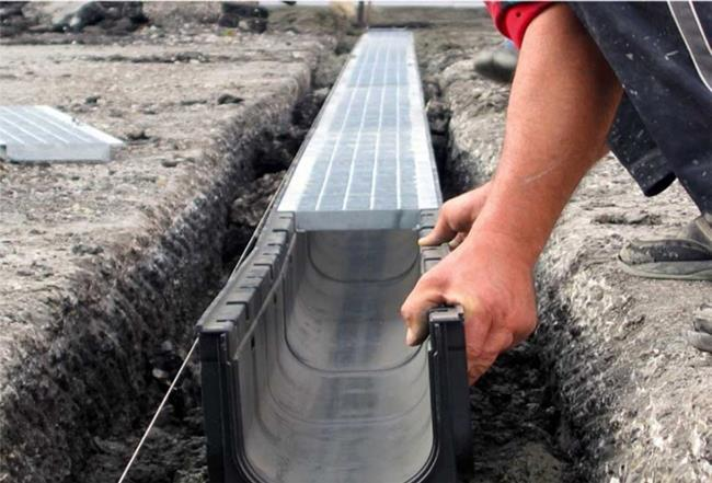 Монтаж лотков ливневой канализации